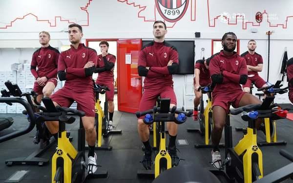 Piłkarze Milanu widząc wynik Interu