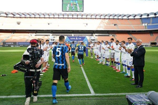 Claudio Ranieri wpadł na pomysł, aby jego pilkarze zrobili szpaler nowym mistrzom Włoch