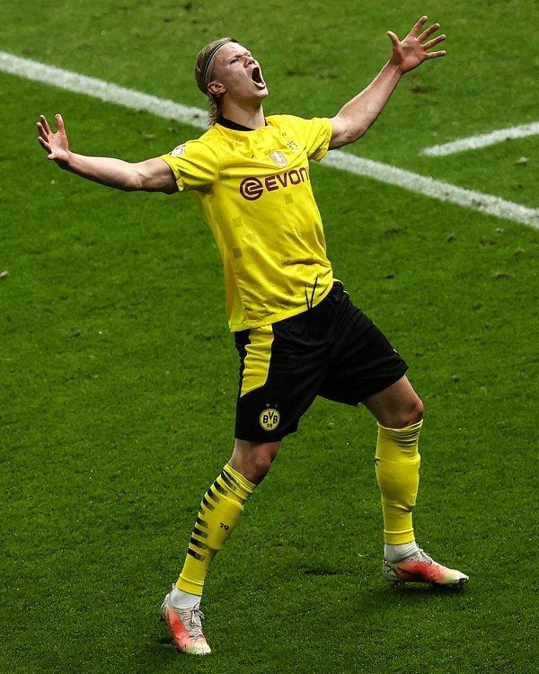 Haaland strzela dwa gole w finale i zdobywa swoje pierwsze trofeum w BVB