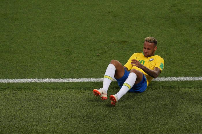 """Nadepnął Neymara, teraz z niego drwi. """"Jeśli chce leżeć, niech idzie do łóżka"""""""