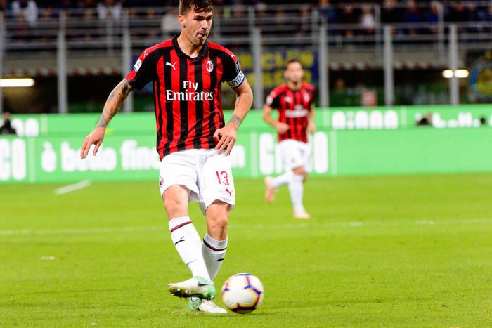 Media: Barcelona i Milan mogą wymienić się piłkarzami. Zmiany w obronie obu klubów