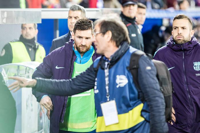 e698658c9 Nieprzyjemny incydent z udziałem Leo Messiego. Argentyńczyk trafił na  lotnisku na grupę kibiców Barcelony