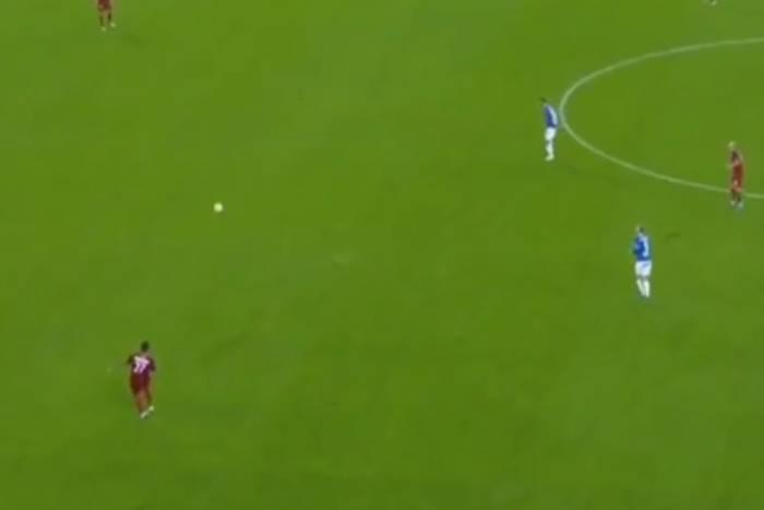 Hit Internetu! Kuriozalne sceny w meczu Ekstraklasy. Tiki-taka i absurdalna próba wybicia piłki [WIDEO]