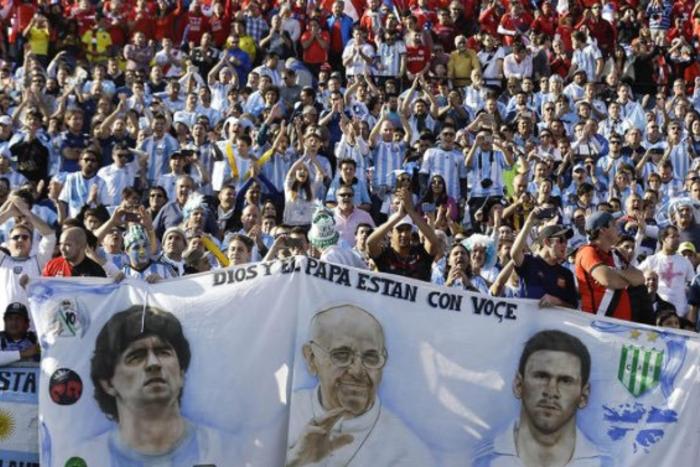 """Bóg w Barcelonie, śmiertelnik w ojczyźnie. Dlaczego Messi zawsze będzie """"outsiderem""""?"""