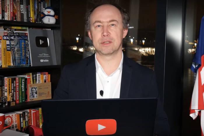 """""""Każdy, kto ma dwie nogi i potrafi prosto kopnąć piłkę spier... z Ekstraklasy"""". Michał Pol kpi z polskiej ligi"""
