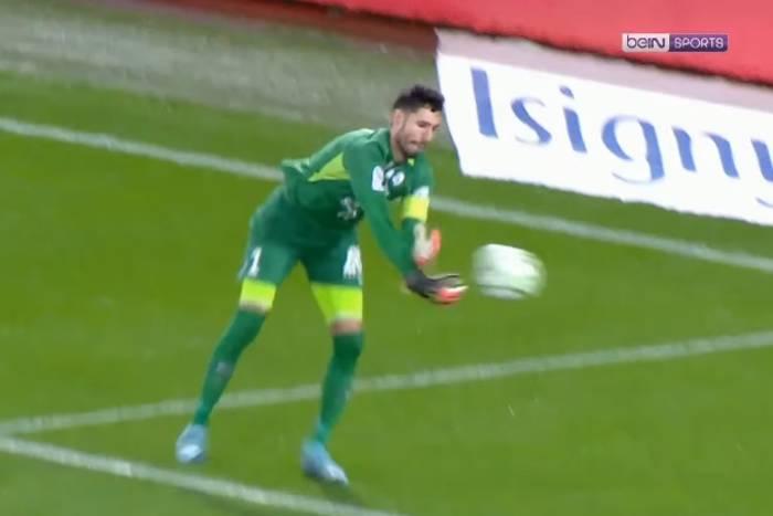 Kompromitująca wpadka bramkarza Grenoble. Wrzucił piłkę do własnej bramki jak Janusz Jojko [WIDEO]