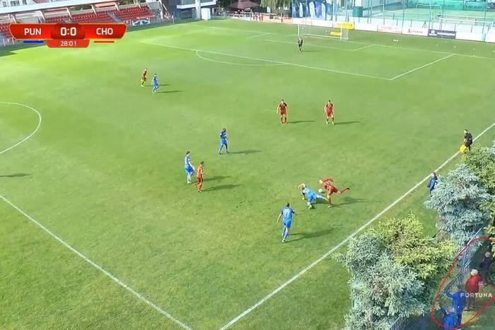 Kuriozalne sceny w meczu Fortuna 1 Ligi. Trener wydarł się na bramkarza, kibice za bramą i drzewami [WIDEO]