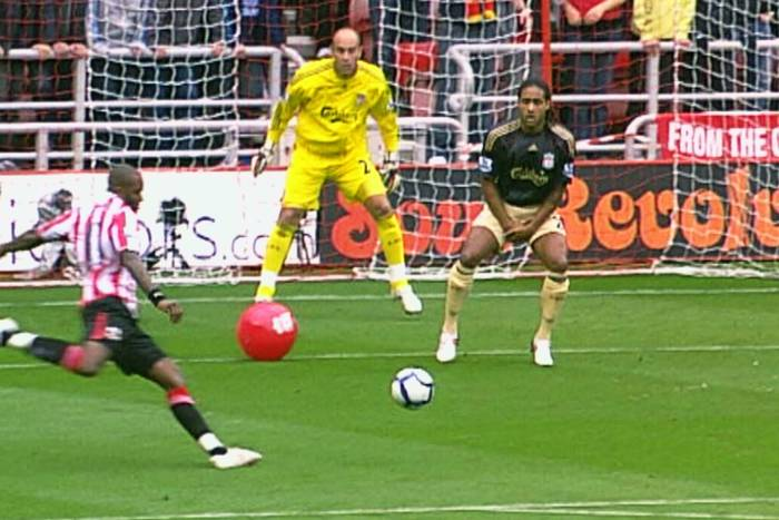 Tym sędziom powinni wręczyć okulary. Najsłynniejsza bramka w historii Premier League i gole-widmo