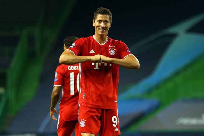 Bayern zmiażdżył Schalke! Osiem bramek, hat-trick Gnabry'ego, gol i asysty Lewandowskiego [WIDEO]