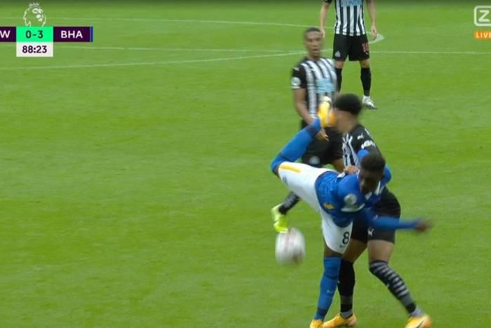 """Chciał zrobić """"skorpiona"""", a trafił w twarz rywala. Bolesne zagranie w meczu Premier League [WIDEO]"""