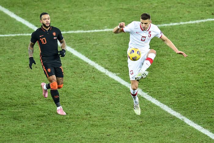 """Tak Polacy porozumiewali się w meczu z Holandią. Bednarek wściekły na Depaya. """"Zaraz mnie c**j strzeli"""""""