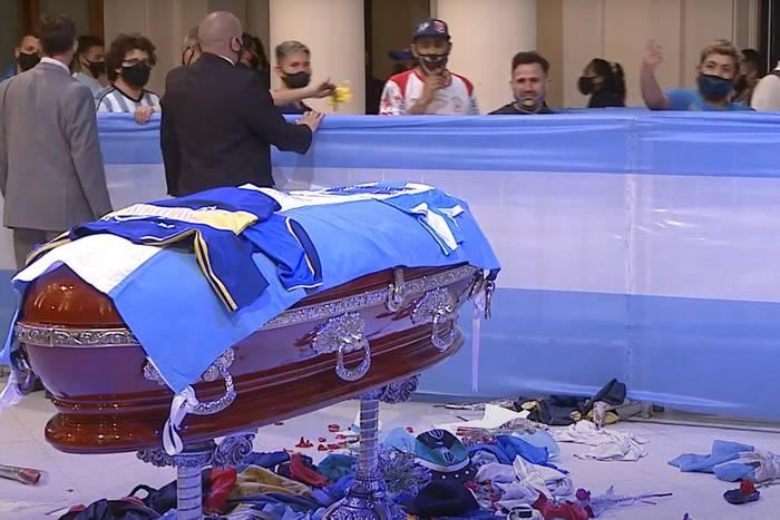 Tak Argentyńczycy żegnają Diego Maradonę. Poruszające sceny przed trumną z ciałem byłego piłkarza [WIDEO]