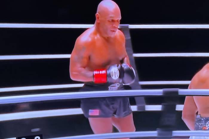 Legendy boksu wróciły do ringu! Mike Tyson pokazał, co potrafi w walce z Royem Jonesem Juniorem [WIDEO]