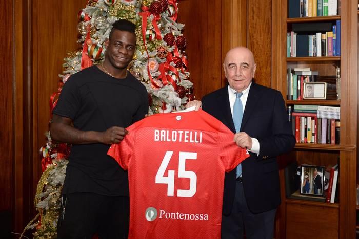 """Mario Balotelli znów zmieni klub? Jest chętny na włoskiego napastnika. """"Złożyliśmy mu propozycję"""""""