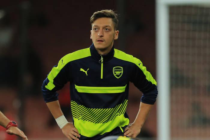 Mesut Ozil zaszokował Niemców. Śpiewał turecki hymn przed meczem Fenerbahce [WIDEO]