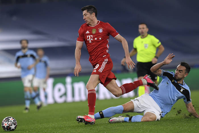 """Pomocnik Bayernu wskazał zalety Roberta Lewandowskiego. """"Nie chodzi tylko o to, co robi w ataku"""""""