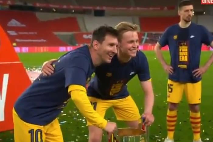 """Piłkarze FC Barcelony czekali w kolejce do zdjęcia z Leo Messim. """"Kuriozalne, ale piękne"""" [WIDEO]"""