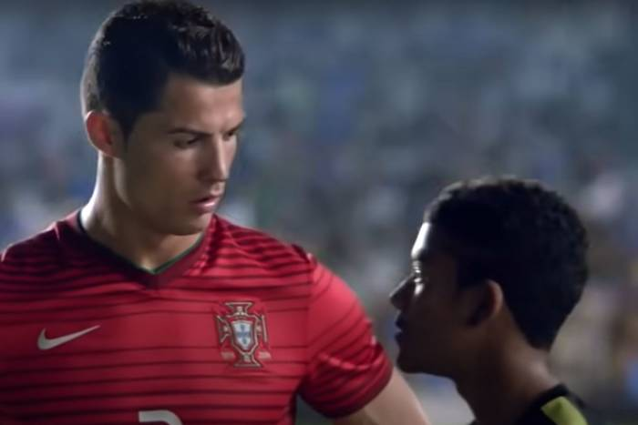 Nawet w nowszych czasach można zrobić fantastyczną reklamę. Ronaldo, Zlatan i inni w superprodukcji [WIDEO]