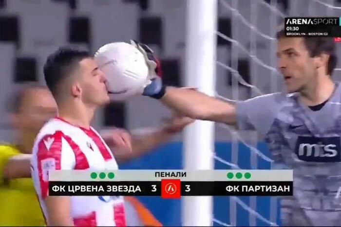Gorące derby Belgradu! Rzuty karne, zadyma i bohater znany z Ekstraklasy [WIDEO]