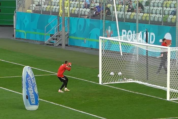 Lewandowski zamiast do bramki, trafił piłką w… telefon. Komedia na treningu reprezentacji Polski [WIDEO]