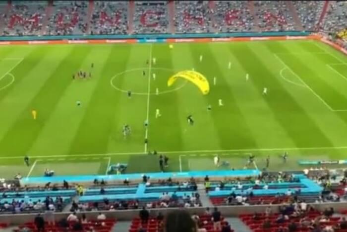 Zamieszanie przed meczem Francja - Niemcy. Na murawie wylądował nieproszony gość [WIDEO]
