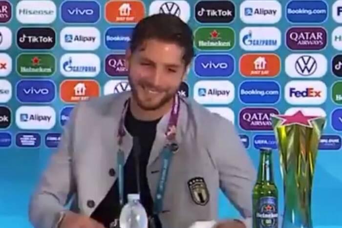 Kolejny piłkarz poszedł w ślady Ronaldo. Nowy trend na konferencjach prasowych EURO [WIDEO]