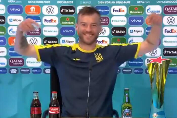 """Kapitan Ukrainy zakpił z zachowania Cristiano Ronaldo. """"Coca-Cola, skontaktuj się ze mną!"""" [WIDEO]"""