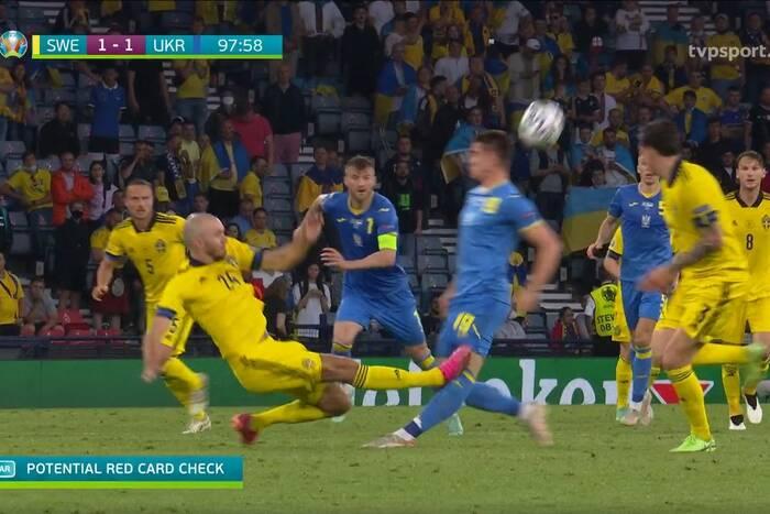 """Koszmarny faul szwedzkiego obrońcy w meczu z Ukrainą! """"Urwał gościowi nogę. To pięć czerwonych kartek"""" [WIDEO]"""