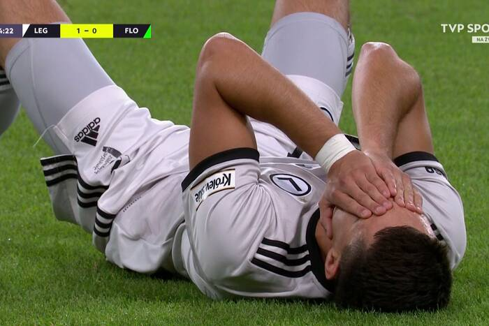Bartosz Kapustka doznał kontuzji ciesząc się z gola. Niezwykła sytuacja w meczu Legii Warszawa [WIDEO]