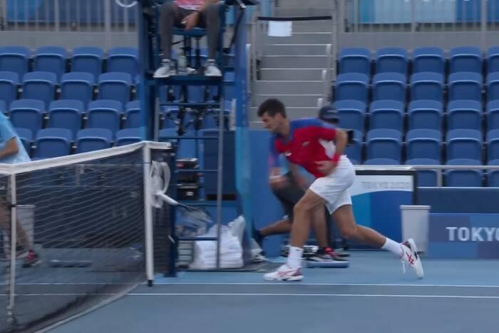 Novak Djoković bez medalu w Tokio! Kolejna sensacyjna porażka Serba, wściekły niszczył rakiety [WIDEO]