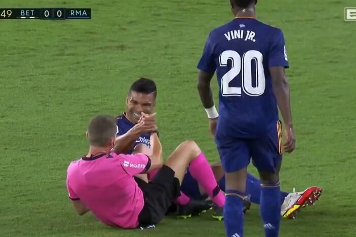 Niecodzienna sytuacja w meczu Realu Madryt. Casemiro wszedł wślizgiem w nogi arbitra [WIDEO]