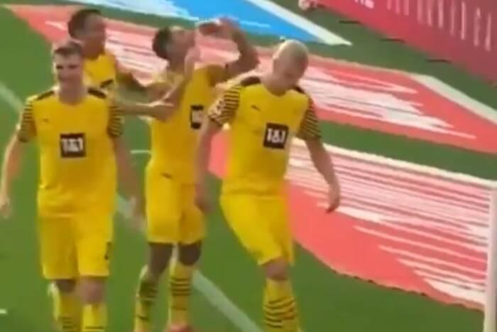 """Zaskakujące zachowanie piłkarza Borussii Dortmund w trakcie meczu. """"Moje pierwsze piwo"""" [WIDEO]"""
