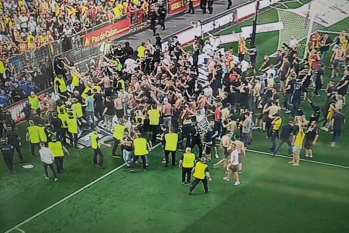 """Starcie kibiców podczas meczu Ligue 1. Zamieszki na trybunach i na boisku. """"Głupota"""" [WIDEO]"""