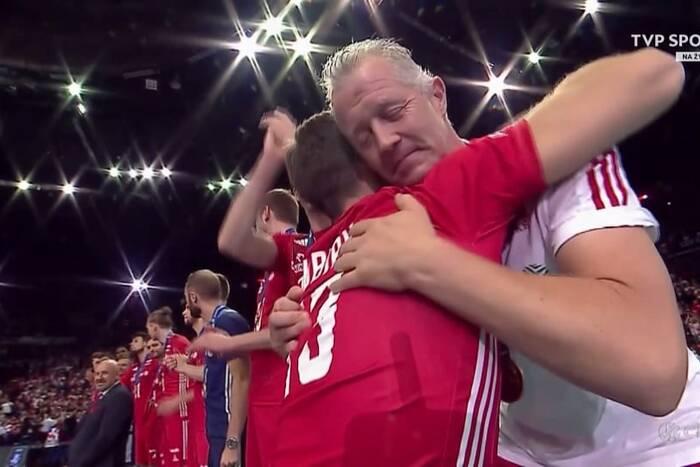 Wzruszająca chwila na zakończenie mistrzostw Europy. Michał Kubiak wręczył medale polskim siatkarzom