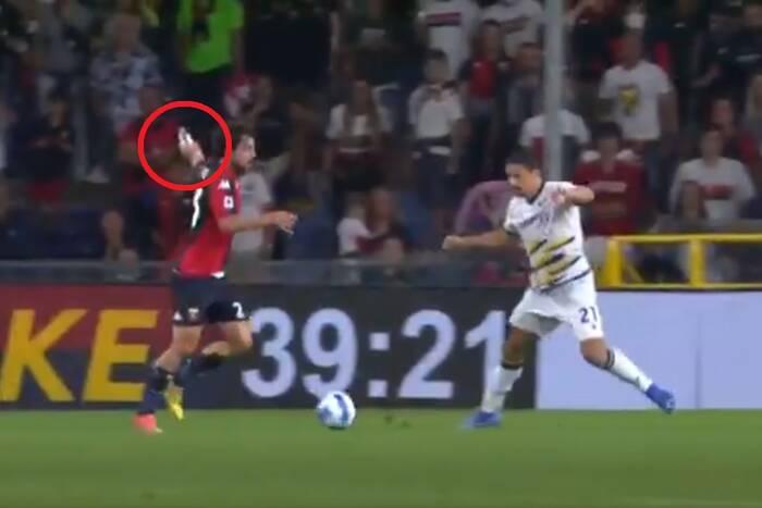 Kuriozum w Serie A. Napastnik Genoi strzelił gola z butelką w ręce [WIDEO]