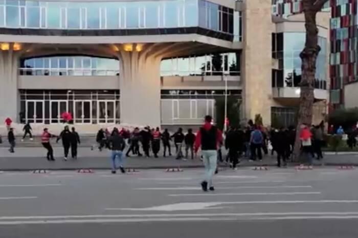 """Polscy kibice zaatakowani pod stadionem w Tiranie! """"Jest gorąco i niebezpiecznie"""" [WIDEO]"""