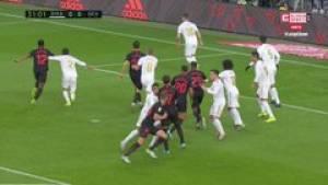 Kontrowersja w meczu Realu Madryt z Sevillą! Goście pozbawieni bramki po upadku Edera Militao [WIDEO]